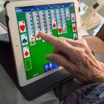 Tablettes tactiles : un guide pour les seniors et leurs proches aidants